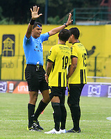FLORIDABLANCA -COLOMBIA, 14-02-2015:  Juan Ponton arbitro señala una falta durante el encuentro entre Alianza Petrolera e Independiente Santa Fe por la fecha 4 de la Liga Aguila I 2015 disputado en el estadio Alvaro Gómez Hurtado de la ciudad de Floridablanca./ Juan Ponton referee tries to organizes the  barrier durante el encuentro entre Alianza Petrolera and Independiente Santa Fe for the 4th date of the Aguila League I 2015 played at Alvaro Gomez Hurtado stadium in Floridablanca city Photo: VizzorImage / Duncan Bustamante / STR