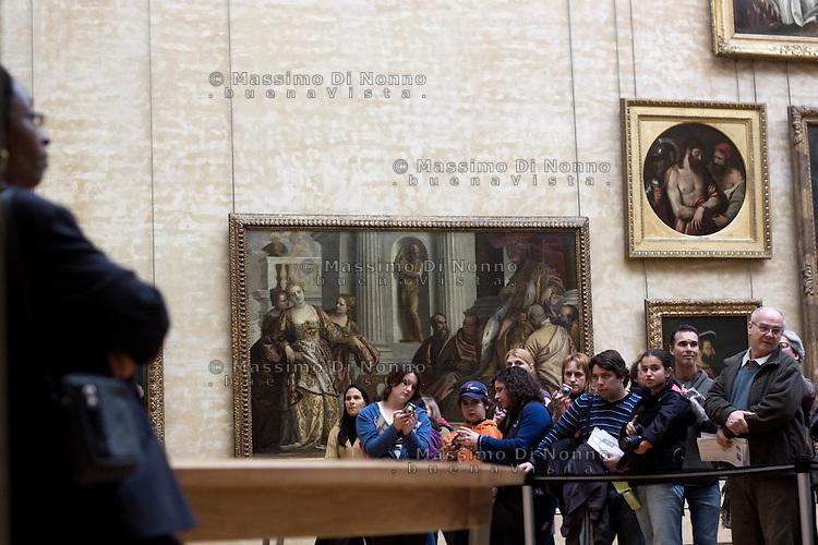 Parigi: visitatori davanti alla Gioconda museo del Louvre <br /> <br /> Paris: Visitors at Louvre Museum in front of Gioconda