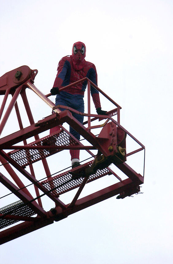 FATHERS FOR JUSTICE SPIDERMAN CLIMBS UP A CRANE BY TOWER BRIDGE CAUSING HAVOC IN PEAK HOUR..PIC JAYNE RUSSELL 31.10.2003