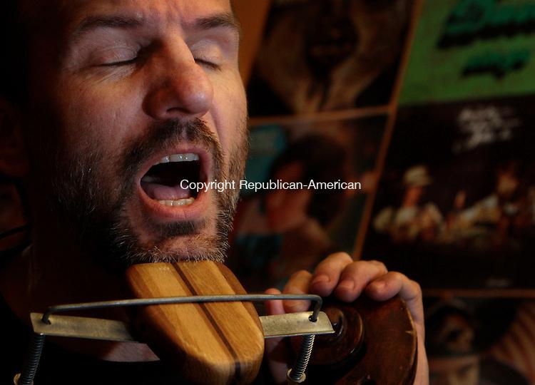 LITCHFIELD, CT-23 April 2006-042306BF04-- Bob Nield of the Jugadelics performs at Bohemian Pizza in Litchfield.    Bob Falcetti Republican-American