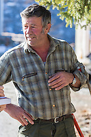 Italie, Val d'Aoste, Valtournenche : Fermier coupant son bois //  // Italy, Aosta Valley, Valtournenche: Farmer cutting his wood