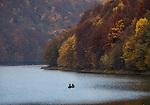 Solina, 2013-10-12 (woj.podkarpackie). Jesień w Bieszczadach w okolicy Soliny - wędkarze na zalewie
