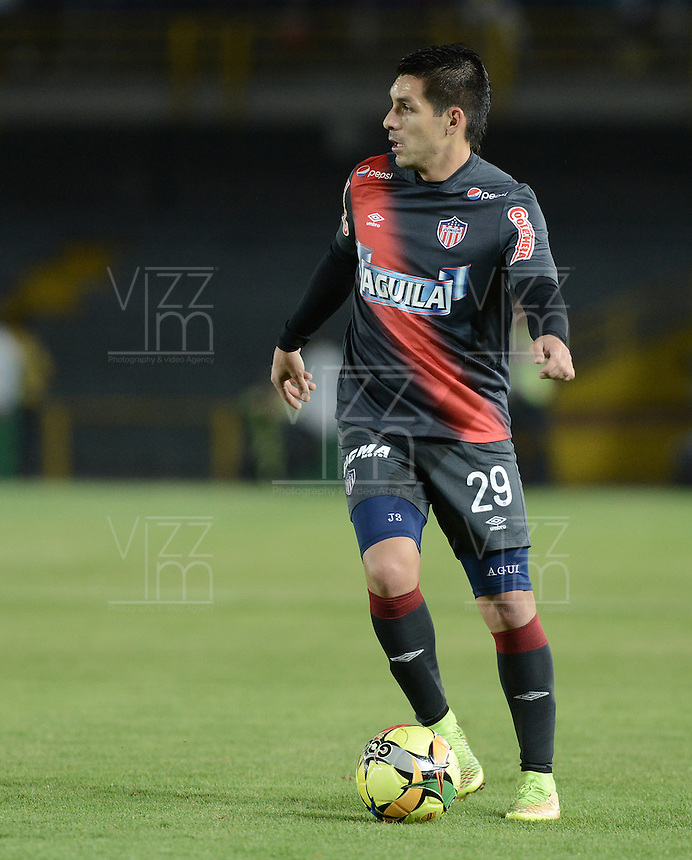 BOGOTÁ -COLOMBIA, 30-10-2014. Jorge Andres Aguirre jugador de Junior en acción durante el encuentro de vuelta entre Independiente Santa Fe y Atlético Junior por la semifinal de la Copa Postobón 2014 jugado en el estadio Nemesio Camacho El Campín de la ciudad de Bogotá./ Jorge Andres Aguirre player of Junior in action during the second leg match between Independiente Santa Fe and Atletico Junior for the semifinal of Postobon Cup 2014 played at Nemesio Camacho El Campin stadium in Bogotá city. Photo: VizzorImage/ Gabriel Aponte / Staff