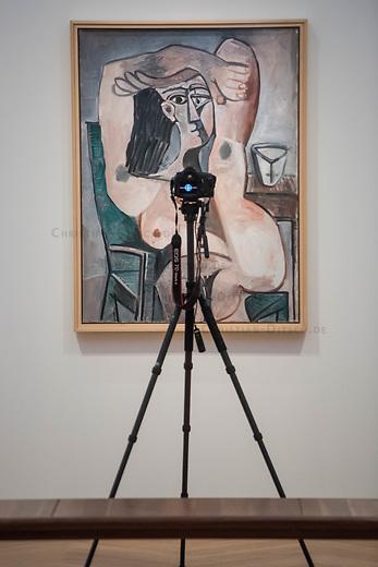 """Die Ausstellung """"Picasso. Das spaete Werk"""" wird vom 9. Maerz bis 16. Juni 2019 im Potsdamer Museum Barberini gezeigt.  Alle Leihgaben, Gemaelde, Keramiken, Skulpturen und Graphiken von Pablo Picasso (1881–1973), stammen aus der Sammlung Jacqueline Picasso (1927–1986).<br /> In der von Gastkurator Bernardo Laniado-Romero getroffenen Auswahl befinden sich zahlreiche Werke, die erstmalig in Deutschland gezeigt werden sowie einige, die zum ersten Mal in einem Museum praesentiert werden.<br /> Im Bild: """"Sitzender Akt mit ueber dem Kopf verschraenkten Armen"""", Oel auf Leinwand, vom 15. Februar 1959.<br /> 7.3.2019, Potsdam<br /> Copyright: Christian-Ditsch.de<br /> [Inhaltsveraendernde Manipulation des Fotos nur nach ausdruecklicher Genehmigung des Fotografen. Vereinbarungen ueber Abtretung von Persoenlichkeitsrechten/Model Release der abgebildeten Person/Personen liegen nicht vor. NO MODEL RELEASE! Nur fuer Redaktionelle Zwecke. Don't publish without copyright Christian-Ditsch.de, Veroeffentlichung nur mit Fotografennennung, sowie gegen Honorar, MwSt. und Beleg. Konto: I N G - D i B a, IBAN DE58500105175400192269, BIC INGDDEFFXXX, Kontakt: post@christian-ditsch.de<br /> Bei der Bearbeitung der Dateiinformationen darf die Urheberkennzeichnung in den EXIF- und  IPTC-Daten nicht entfernt werden, diese sind in digitalen Medien nach §95c UrhG rechtlich geschuetzt. Der Urhebervermerk wird gemaess §13 UrhG verlangt.]"""