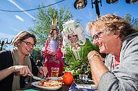 Utrecht, 28 oktober 2013 Nederlands Film Festival.<br /> Theo &amp; Thea voorafgaand aan de premiere van de film: 'Theo en Thea en de ontmaskering van het tenenkaasimperium&quot;. Op het terras van het LHC delen ze o.a. tandjes uit aan verraste bezoekers. Foto: Nichon Glerum