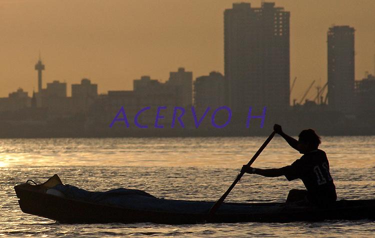 Ribeirinho começa o dia na região das ilhas navegando na baia do Guajará, em frente a cidade de Belém.<br /> <br /> ©Paulo Santos