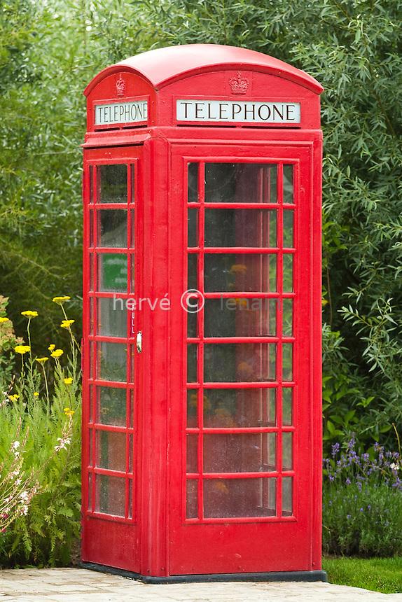 Royan / Les Jardins du Monde : cabine téléphonique britanique dans le jardin anglais // France, Royan, Les Jardins du Monde (The Gardens of the World): phone box britanique in the landscape garden.