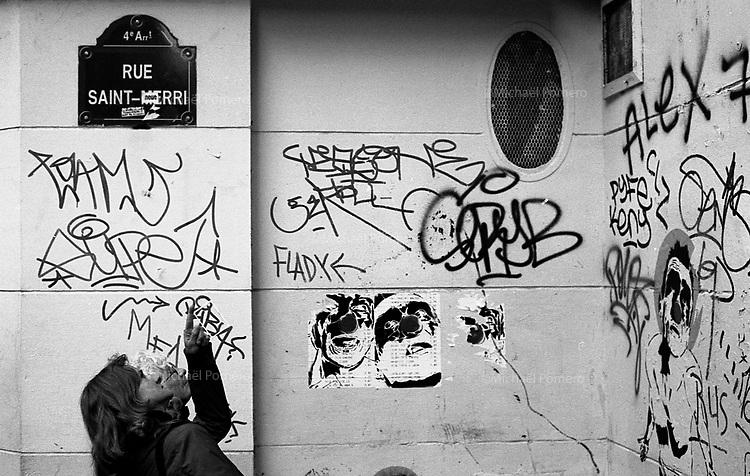Paris (&icirc;le de france)<br /> <br /> Femme regardant les murs de Paris.<br /> <br /> Women watching walls of Paris.