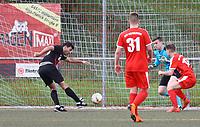 Serdar Özbek (SG Unter-Abtsteinach) zieht ab und erzielt das 0:1 gegen Torwart Max Sandner (SKV Büttelborn) - Büttelborn 15.04.2018: SKV Büttelborn vs. SG Unter-Abtsteinach