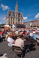 Belgien, Flandern, Straßenrestaurant auf dem Grote Markt vor dem Rathaus aus dem 16. Jahrhundert in Oudenaarde