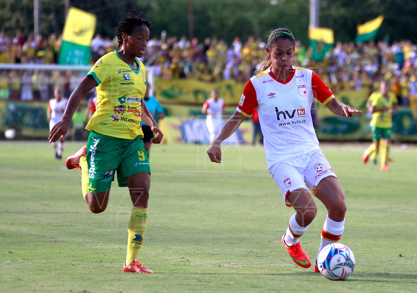 NEIVA, COLOMBIA, 19-06-2017: Jennifer Peñaloza (Izq) del Atlético Huila disputa el balón con Carol Sanchez (Der) del Independiente Santa Fe durante partido de ida por la final de la Liga Femenina Águila 2017 jugado en el estadio Guillermo Plazas Alcid de la ciudad de Neiva. / Jennifer Peñaloza (L) player of Atletico Huila fights for the ball with Carol Sanchez (R) player of Independiente Santa Fe during first leg match for the final of the Aguila Women League 2017 played at Guillermo Plazas Alcid in Neiva city. VizzorImage / Sergio Reyes / Cont