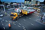 UTRECHT - In Utrecht is maandagavond de veertig ton zware val(het wegdek) van de Rode Brug in opdracht van de gemeente vanaf de Industriehaven op Lage Weide, naar de Marnixbrug getransporteerd waar de val(wegdek) op een ponton is gezet en de balans per vrachtwagen is doorgereden. De nieuwe door bouwcombinatie Ippel-Jansen Venneboer gebouwde brug vervangt de uit 1890 daterende Rode Brug over de Vecht, en wordt niet alleen breder maar ook moderner vormgegeven. Om het verkeer niet teveel te hinderen zijn de 40 ton zware val en de 100 ton zware rode balans 's avonds vervoerd waarbij diverse lantaarnpalen en verkeerslichten even verwijderd moesten worden om het tien meter brede transport mogelijk te maken. De brug is dinsdag in elkaar gezet. COPYRIGHT TON BORSBOOM