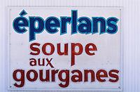 Amérique/Amérique du Nord/Canada/Quebec/Baie-Saint-Paul : Enseigne d'un restaurant proposant de la soupe aux Gourganes, fèves des marais