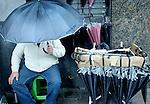 Pablo Vignali/ URUGUAY/ MONTEVIDEO/ D&iacute;a de lluvia en Montevideo. Fotograf&iacute;as tomadas sobre la avenida 18 de Julio.<br /> En la foto: Vendedor de paraguas. Foto: Pablo Vignali / adhocFotos<br /> 20160310; d&iacute;a mi&eacute;rcoles<br /> adhocFOTOS