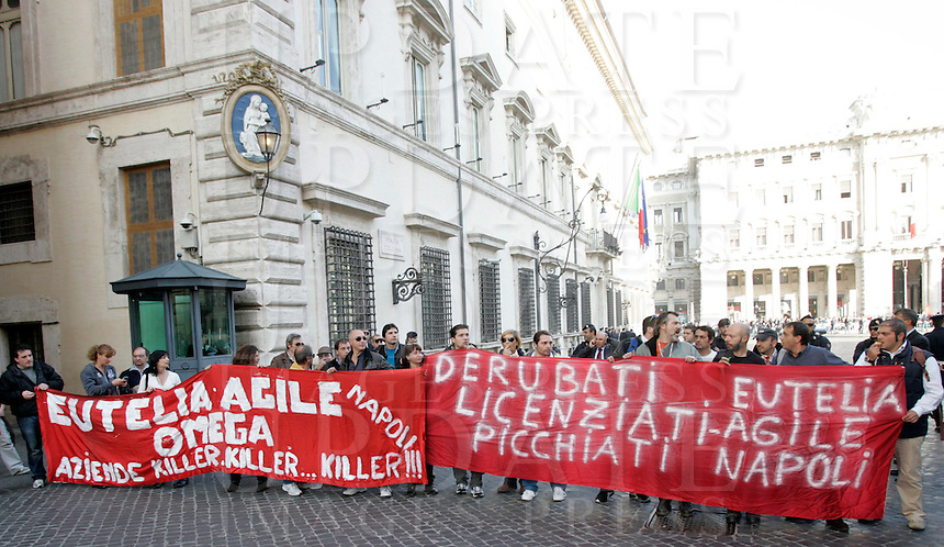 I lavoratori di ex Eutelia ed Agile, aziende appartenenti al gruppo Omega protestano davanti a Palazzo Chigi, Roma, 17 novembre 2009..Eutelia and Agile (Omega group) workers demonstrate in front of Chigi Palace, Rome, 17 november 2009..UPDATE IMAGES PRESS/Riccardo De Luca