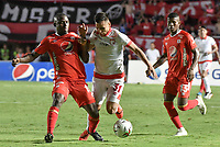 CALI - COLOMBIA, 28-11-2019: Luis Paz del América disputa el balón con John Velasquez de Cali durante partido por la fecha 6, cuadrangulares semifinales, de la Liga Águila II 2019 entre América de Cali e Independiente Santa Fe jugado en el estadio Pascual Guerrero de la ciudad de Cali. / Luis Paz of America struggles the ball with John Velasquez of Santa Fe during match for the date 6, quadrangular semifinals, as part of Aguila League II 2019 between America de Cali and Independiente Santa Fe played at Pascual Guerrero stadium in Cali. Photo: VizzorImage / Gabriel Aponte / Staff