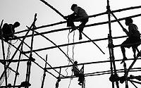 Varanasi (Uttar Pradesh)<br /> <br /> Men on bamboo scaffholding.<br /> <br /> Hommes sur un &eacute;chafaudage en bambous.