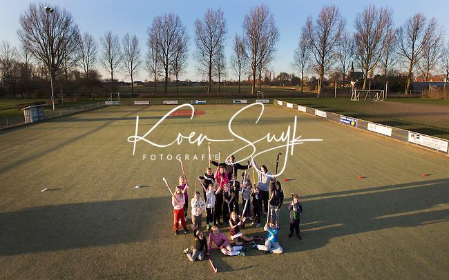 ANDIJK ; Hockeyclub WFHC traint op een korfbalveld in Andijk. De hockeyclub heeft zelf geen veld. FOTO KOEN SUYK