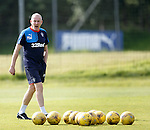 Mark Warburton explaining his tactics to the players at training