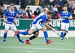 AMSTELVEEN - Sander de Wijn (Kampong) met Billy Bakker (A'dam)    tijdens  de  eerste finalewedstrijd van de play-offs om de landtitel in het Wagener Stadion, tussen Amsterdam en Kampong (1-1). Kampong wint de shoot outs.  . COPYRIGHT KOEN SUYK