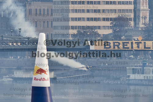 0708193873a Red Bull Air Race international air show qualifying runs over the river Danube, Budapest preceding the anniversary of Hungarian state foundation. Hungary. Sunday, 19. August 2007. ATTILA VOLGYI