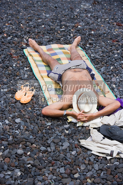 Europe/Espagne/Iles Canaries/Tenerife/Puerto de la Cruz: homme sur la plage de galets volcaniques