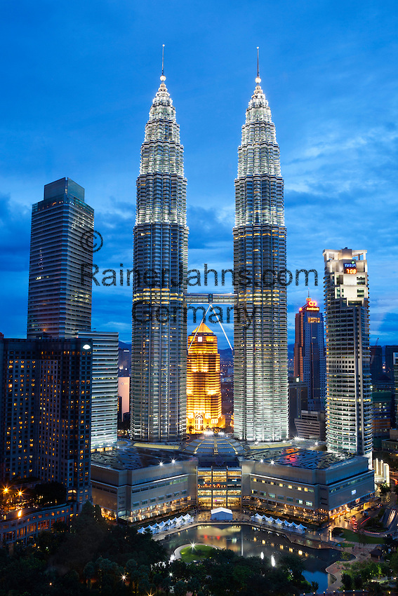 Malaysia, Kuala Lumpur: The Petronas Towers (Petronas Twin Towers) at night | Malaysia, Kuala Lumpur: The Petronas Towers (Petronas Twin Towers) am Abend