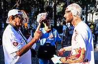 RIO DE JANEIRO, RJ, 10.09.2013 -AT0/PRIVATIZAÇÃO SAÚDE PÚBLICA/RJ - Manifestantes da área da saúde realiza um ato na tarde desta terça-feira(10) contra a privatização da saúde pública, na praça da Cruz Vermelha, no centro do Rio de Janeiro. (Foto: Marcelo Fonseca / Brazil Photo Press).