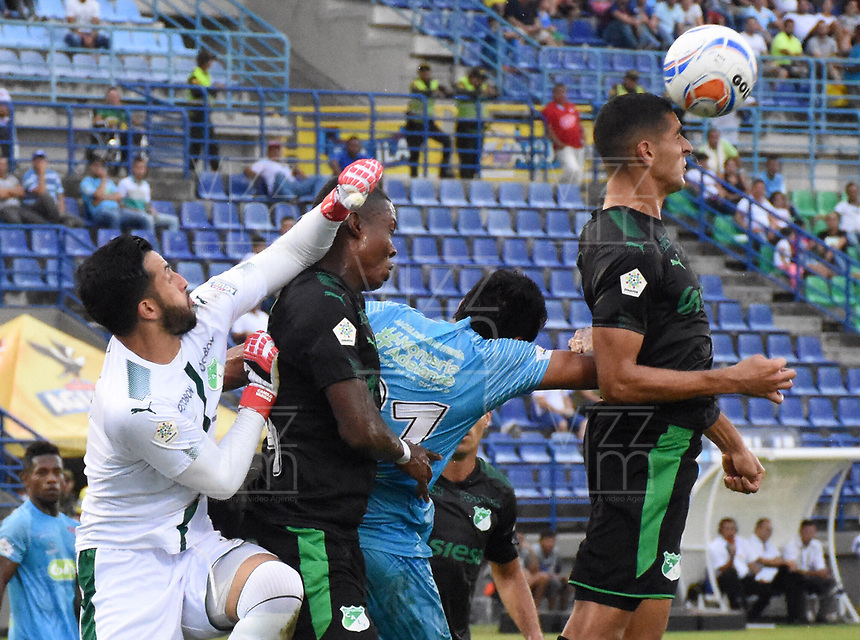 MONTERIA - COLOMBIA, 22-04-2018: Eder Steer (segundo desde Der) jugador de Jaguares FC disputa el balón con Camilo Vargas (Izq), Ezequiel Palomeque (segundo desde Izq) y Pablo Sabbag (Der) jugadores de Deportivo Cali durante partido por la fecha 17 de la Liga Águila I 2018 jugado en el estadio Municipal de Montería. / Eder Steer (second from R) player of Jaguares FC vies for the ball with Camilo Vargas (L), Ezequiel Palomeque (second from L) and Pablo Sabbag (R) players of Deportivo Cali during a match for the date 17 of the Liga Aguila I 2018 at the Municipal de Monteria Stadium in Monteria city. Photo: VizzorImage / Andres Felipe Lopez / Cont