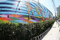 """ATENÇÃO EDITOR: FOTO EMBARGADA PARA VEÍCULOS INTERNACIONAIS. – SÃO PAULO - SP - 30 DE OUTUBRO 2012 - IGREJA DO CALVÁRIO - Pinheiros, zona oeste de SP, ganha mural, """"Viver, reviver e ousar"""", pintado por Eduardo Kobra. FOTO: MAURICIO CAMARGO / BRAZIL PHOTO PRESS."""
