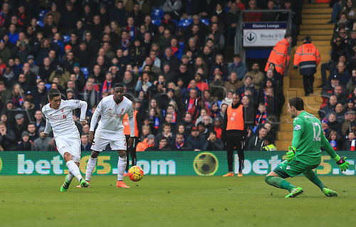 06.03.2016. Selhurst Park, London, England. Barclays Premier League. Crystal Palace versus Liverpool. Roberto Firmino of Liverpool scores to make it 1-1.