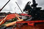 ALPHEN A/D RIJN - In Alphen a/d Rijn is bouwcombinatie Mammoet(op het land) en Hebo Maritiemservice(op het water) begonnen met de voorbereidingswerkzaamheden voor het weghalen van de van het ponton geschoven mobiele kranen en de nieuwe stalen val (brugdek)van de Koningin Julianabrug. Op straat is met stalen pontons(gevuld met water) en zware stalen poten, een ondersteuning voor de kranen opgebouwd, en de kranen zijn met kettingen vastgezet op de pontons op het water. Bij het transport van de nieuwe klap voor de brug door Mourik Groot-Ammers, BSB Staalbouw en kraanbedrijf Peinemann vielen 2 mobiele kranen en hun last, de brugklep, om en gleden ze vanaf het drijvend ponton boven op de gebouwen op de kant. COPYRIGHT TON BORSBOOM