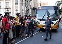RIO DE JANEIRO RJ,16.06.2013: PROFESSORES DA REDE ESTADUAL DE ENSINO FECHAM AVENIDA NO CENTRO DO RIO- Professores da rede Estadual de ensino decidiram manter a paralização após uma assembléia. A avenida Primeiro de Março foi ocupada em frente a ALERJ, pelos manifestantes que pedem reajuste salárial de 20%  e melhorias nas condições de trabalho. SANDROVOX/BRAZILPHOTOPRESS
