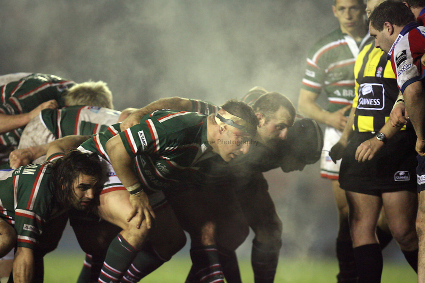 Photo: Rich Eaton...Leicester Tigers v Bristol Rugby. Guinness Premiership. 22/12/2006. Leicester front row prepare to pack down