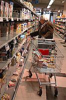 Roma, .Supermercato Coop Laurentino.Anziana .Rome.Supermarket Coop Laurentino.Elderly woman