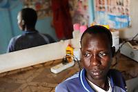 Westafrika Mali Bamako , Fluechtlingshilfe Organisation A.R.A.CE.M. betreut festsitzende Migranten , die versucht haben illegal nach Europa zu reisen, Omare Nelgida, 20 Jahre alt, aus dem Tschad, verdient Geld mit einem barber shop der Organisation  - Migration Fluechtlinge /Africa Mali Bamako , refugees and migration