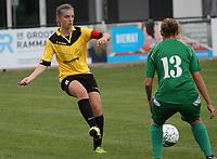 SK Zwevezele  -  Cerkel Ladies Brugge  : Ellen Lagrange van de thuisploeg ontzet voor Shauni Thomas .<br /> foto VDB / BART VANDENBROUCKE