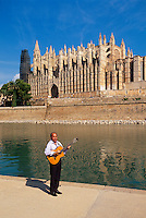 Spanien, Mallorca, Musiker vor Kathedrale La Seu in Palma de Mallorca