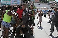 RIO DE JANEIRO, RJ, 17.03.2014 - PROTESTO / MORTE CLAUDIA SILVA FERREIRA<br /> Protesto em consequência da morte de Cláudia Silva Ferreira, de 38 anos, no Rio de Janeiro. Moradora do morro da Congonha, em Madureira, na zona norte, Cláudia foi atingida por dois tiros durante uma operação policial na comunidade, e arrastada pelo carro da polícia militar ao ser colocada na mala da viatura durante o socorro. (Foto: Celso Barbosa / Brazil Photo Press).
