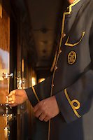 Europe/République Tchèque/Prague:Steward ouvrant une cabine bord d'un wagon-lit   de l'Orient-Express Train de Luxe qui assure la liaison Calais,Paris , Prague,Venise [Non destiné à un usage publicitaire - Not intended for an advertising use]