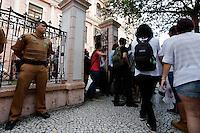 EDUCAÇÃO-PR –  Estudantes deixam o prédio do Institudo de Educação do Paraná após a reintegração de posse na tarde desta segunda feira (07) em Curitiba (PR). (Foto: Paulo Lisboa/Brazil Photo Press)