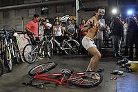 SAO PAULO, SP, 10 MARÇO DE 2012 - PEDALADA PELADA SP: Ciclistas tiraram a roupa na noite deste sabado (10), para protestar contra a violencia no transito. o evento conhecido também como World Naked Bike Ride acontece em diversas cidades do mundo. A edição de São Paulo teve inicio na praça do ciclista na Av Paulista.(FOTO: LEVI BIANCO - BRAZIL PHOTO PRESS).