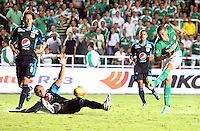 CALI -COLOMBIA-22-06-2013. Carlos Lizarazo (D) del Deportivo Cali disputa el balón con Luis Delgado (I) de Millonarios durante partido de los cuadrangulares finales, fecha 3, de la Liga Postobón 2013-1 jugado en el estadio Pascual Guerrero de la ciudad de Cali./ Deportivo Cali player Carlos Lizarazo  (R) fights for the ball with Millonarios player Luis Delgado  (L) during match of the final quadrangular 3th date of Postobon League 2013-1 at Pascual Guerrero stadium in Cali cityo  Photo: VizzorImage/Juan C. Quintero/STR