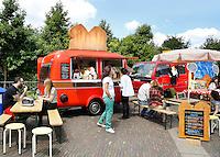 Festival in Amsterdam, De Rollende Keukens.  Rijdende keukens waar bijzondere snacks worden verkocht, zoals gefrituurde sprinkhanen of koreaanse snacks. De Heet Broodrooster