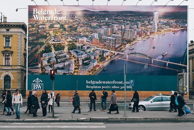 Am Belgrader Bahnhof wirbt ein riesiges Plakat f&uuml;r das Investitionsprojekt &quot;Belgrade Waterfront&quot;, das das Saveufer in ein kleines Dubai verwandeln will.<br /><br />Mit einem Investitionsvolumen von 3,2 Mrd Euro ist das Projekt &quot;Belgrade Waterfront&quot; das umfassendste Immobilienvorhaben im ehemaligen Jugoslawien. Am Ufer der Save sollen Wohnt&uuml;rme, Shoppingzentren und Hotels der Luxusklasse entstehen. Die Firma Eagle Hills aus Abu Dhabi wil in der serbischen Hauptstadt einen neuen Stadttteil aus dem Boden stampfen. Anwohner und der Belgrader Bahnhof m&uuml;ssen f&uuml;r das Projekt umgesiedelt/verlegt werden.
