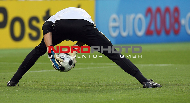 UEFA Euro 2008 Group B Match 20 Wien - Ernst-Happel-Stadion. &Ouml;sterreich ( AUT ) - Deutschland ( GER ) 0:1 (0:0). <br /> Jens Lehmann ( Germany / Torh&uuml;ter / Goalkeeper / Arsenal London #01 ) vor Spielbeginn bei Aufw&auml;rm&uuml;bungen.<br /> Foto &copy; nph (  nordphoto  )