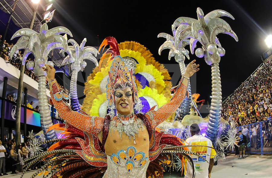 RIO DE JANEIRO, RJ, 11 FEVEREIRO 2013 - CARNAVAL RJ - SAO CLEMENTE - Integrantes da escola de samba São Clemente durante desfile no segundo dia do Grupo Especial no Sambódromo Sapucai na capital fluminense, na noite desta segunda 11. (FOTO: VANESSA CARVALHO - BRAZIL PHOTO PRESS).