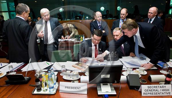 BRUSSELS - BELGIUM - 20 MARCH 2009 -- European Summit under the Presidency of the Czech Republic. -- Karel SCHWARZENBERGER  (Le) Minister of Foreign Affairs for Czech Republic with Frank-Walter STEINMEIER, Minister for Foreign Affairs of Germany. Alexandr VONDRA (Ce) Deputy Prime Minister for the Czech Republic - European Affairs; (Unidentified Czech delegate); Mirek TOPOLANEK, Prime Minister for the Czech Republic, Kare HALONEN, Matti VANHANEN (Ri), Prime Minister of Finland and Jan STORE, Finnish EU-Ambassador. -- PHOTO: Juha ROININEN / EUP-IMAGES