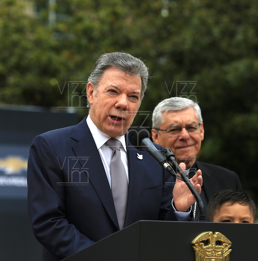 BOGOTÁ - COLOMBIA, 28-08-2017: Juan Manuel Santos, presidente de Colombia se dirige a los medios durante la presentación del papa móvil, la estampilla y la tripulación para la visita del papa Francisco. El Papa Francisco realiza la visita apostólica a Colombia entre el 6 y el 11 de septiembre de 2017 llevando su mensaje de paz y reconciliación por 4 ciudades: Bogotá, Villavicencio, Medellín y Cartagena. / Juan Manuel Santos, president of Colombia, addresses to the media during the launch of the Popemovil, stamp and crew to the visit of the Pope Francisco. Pope Francisco made the apostolic visit to Colombia between September 6 and 11, 2017, bringing his message of peace and reconciliation to 4 cities: Bogota, Villavicencio, Medellin and Cartagena Photo: VizzorImage / Jose Miguel Gómez / Prensa Episcopado Colombiano