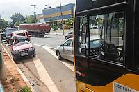 SAO PAULO, SP, 28 DE DEZEMBRO 2012 - ACIDENTE AUTO X ONIBUS - Acidente envolvendo um ônibus e um carro que capotou, na Rua dos Trilhos, na Mooca, Zona Leste de São Paulo, SP, na manhã desta sexta-feira (28). Uma pessoa ficou presa nas ferragens e foi resgatada pelo Corpo de Bombeiros. O veículo transportava flores.- FOTO: VANESSA CARVALHO / BRAZIL PHOTO PRESS